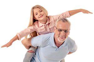 אבא משחק עם הילדה שלו בלי כאבי גב