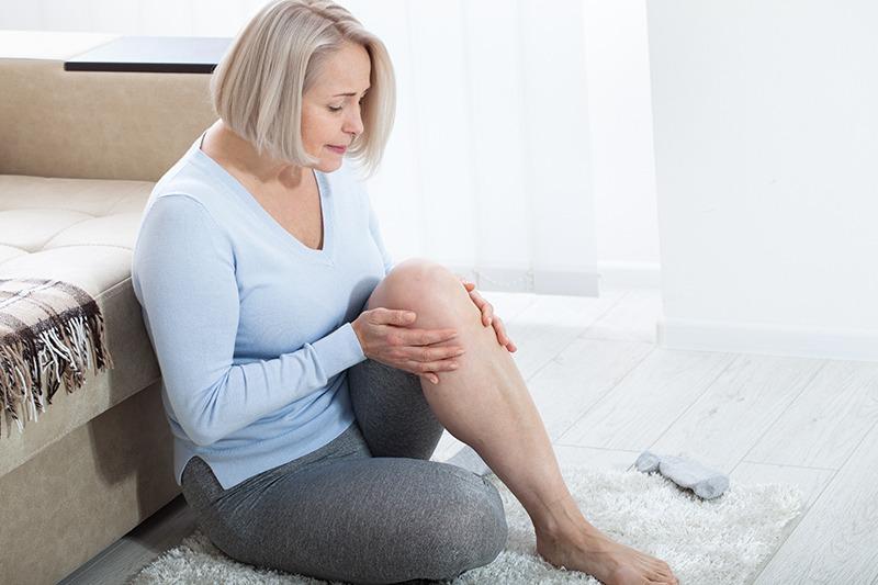 אישה סובלת מכאב בברך